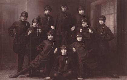Romanian dance troupe, 1920s
